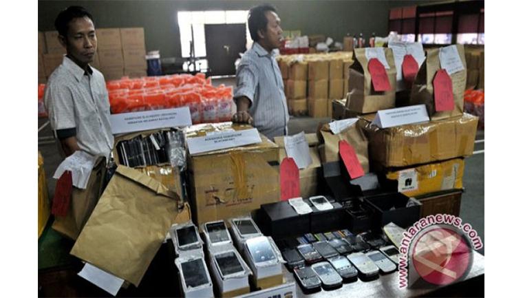 Ratusan ponsel replika diamankan setelah dilakukan penggeledahan di toko serta rumahnya di Solo. (Sumber foto: ANTARA FOTO/R. Rekotomo)
