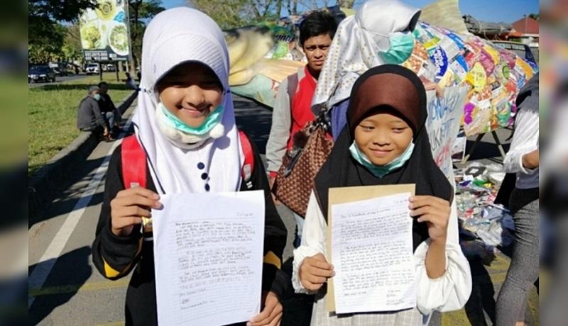 Dua gadis cilik, Aeshnina Azzahra (12) asal Pasuruan dan Zahira Zade (11) dari Gresik protes terhadap Presiden AS Donald Trump. (ist)