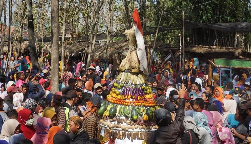 Masyarakat atusias mengikuti Kirab Budaya Dumbeg Nusantara di Pasar Mbrumbung, Rembang, Jawa Tengah. Foto: Genpi Pakujembara