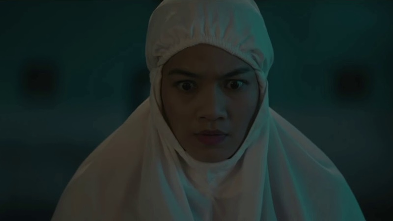 "Titi Kamal memerankan tokoh Rini di film layar lebar ""Makmum"" (foto: YouTube)"