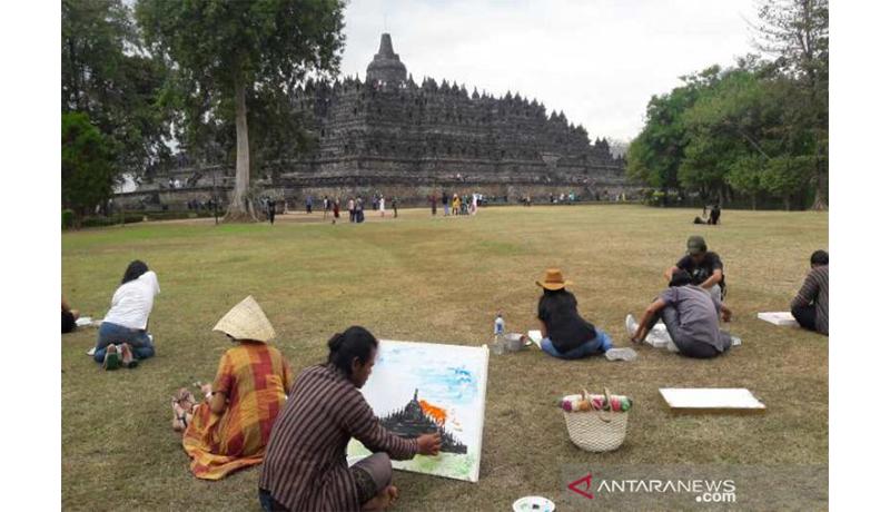 Puluhan seniman Indonesia dan Vietnam melukis bersama-sama di pelataran Candi Borobudur. (Sumber foto: Antaranews/ Heru Suyitno)