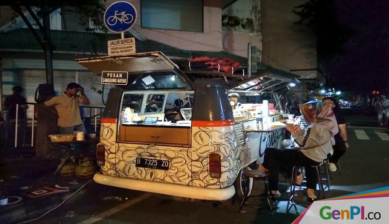 Kedai Kopi di Atas Mobil Combi yang mangkal di Jalan Ngarsopuro, Solo, Jawa Tengah. (Foto: Ariyanto).