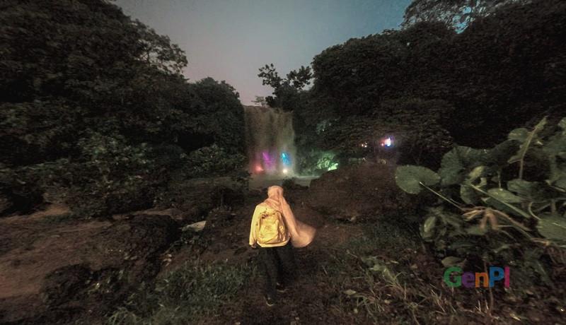 Curug Gondoriyo di malam hari. (foto: Gus Wahid)