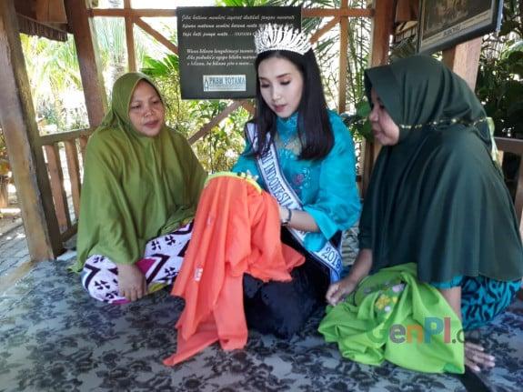 rtika Rustam, Putri Indonesia.Gorontalo saat belajar sulaman karawo di Desa Bongo, Batudaa Pantai, Kabupaten Gorontalo.