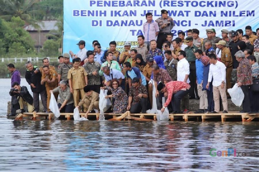 Menteri Susi melepas 123 ribu ekor benih ikan di Danau Kerinci, Jambi. (Foto: KKP News - Kementerian Kelautan dan Perikanan)