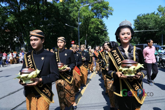 Kirab Jenang dalam rangka memperingati Hari Jadi Kota SOlo, Minggu (17/2).