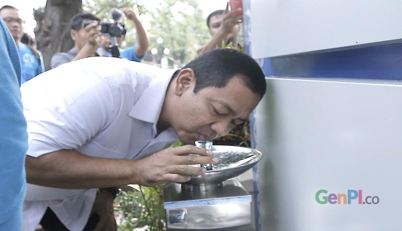 Walikota Semarang Hendrar Prihadi saat mencoba keberadaan keran air minum di Taman Indonesia Kaya. (Foto: GusWahid)