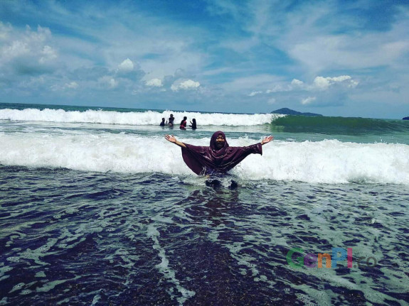 Thika yang menikmati Pantai Moti di Sumalata Timur, Gorontalo Utara.
