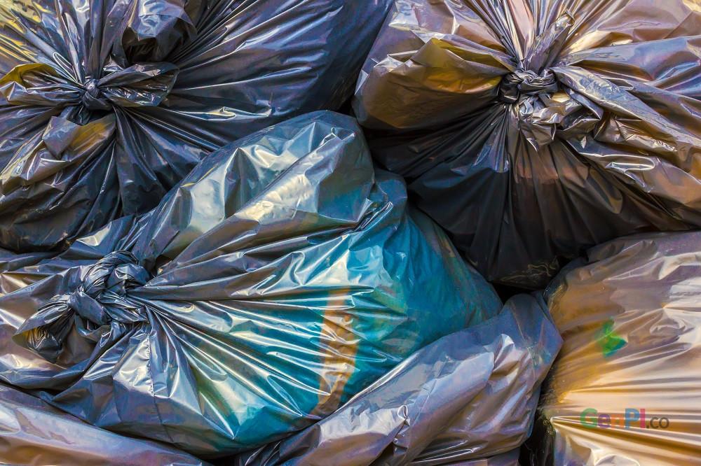 Sampah plastik merupakan momok bagi lingkungan.