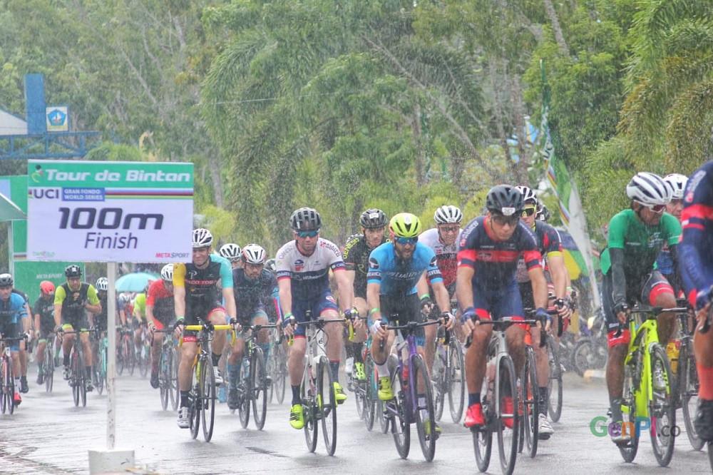 Hujan tak meluluhkan semangat peserta Tour the Bintan mengikuti lomba.