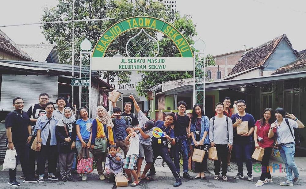 Wisatawan peserta tur keliling Kampung Sekayu berfoto dalam sebuah sesi. (Foto: gus Wahid United)