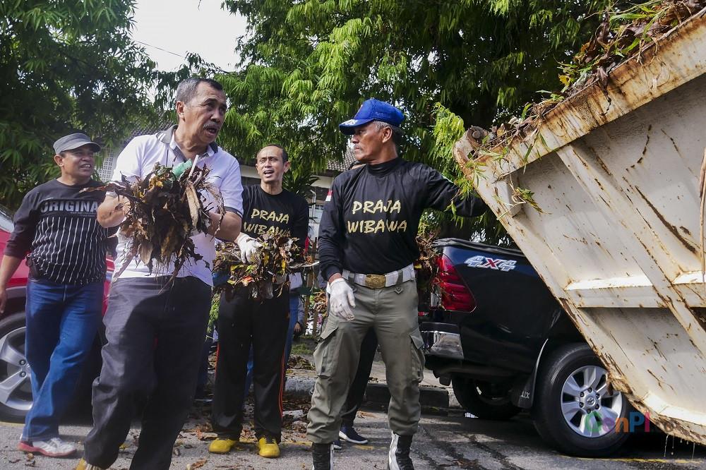 Gubernur Riau, Syamsuar (Baju Putih) mengangkat sampah, ketika malaksanakan kegiatan gotong royong di jalan Hang Tuah Pekanbaru (Foto: Heru Maindikali).