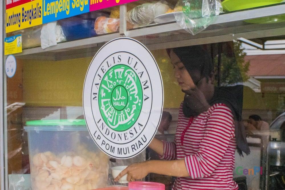 Kedai Makanan dan Minuman Ramah Muslim berertifikasi Halal MUI, di Pekanbaru Riau (Foto: Heru Maindikali)..