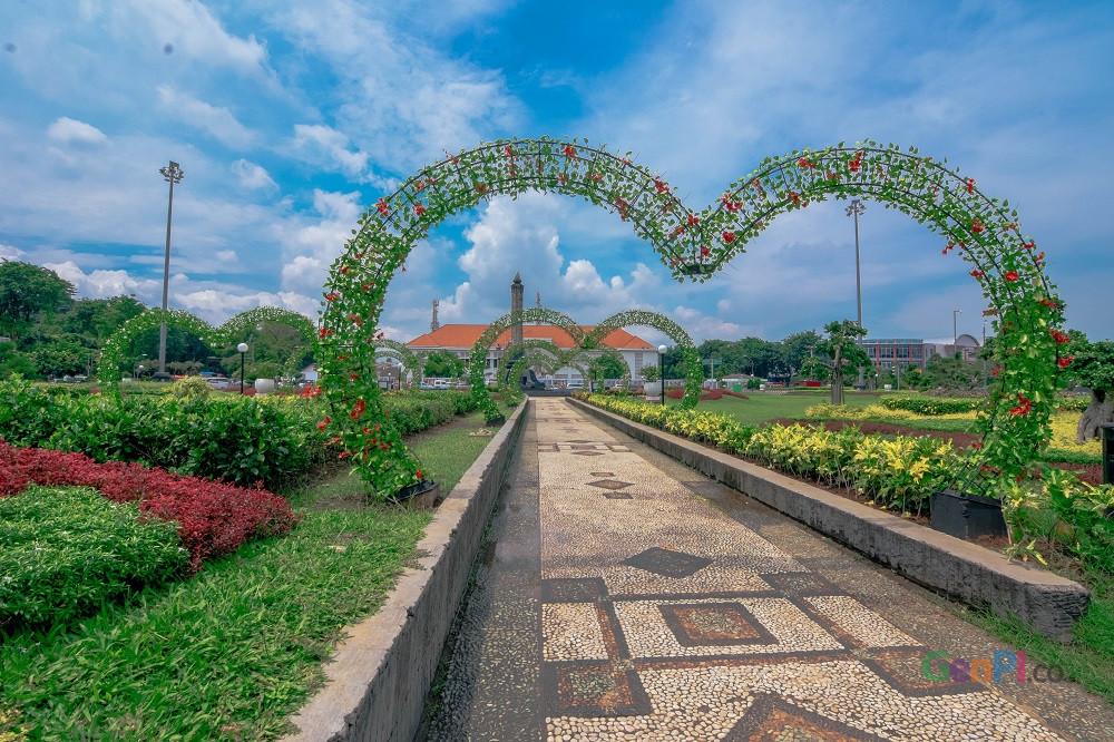 Taman Tugu Muda yang makin cantik bahkan bisa membingkai foto Lawang Sewu dengan frame hati. (Foto: gus Wahid United)