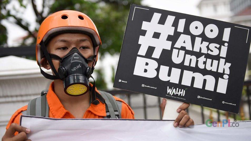 Walhi melakukan aksi memperingati Hri Bumi di Balai Kota DKI Jakarta, Senin (22/4)