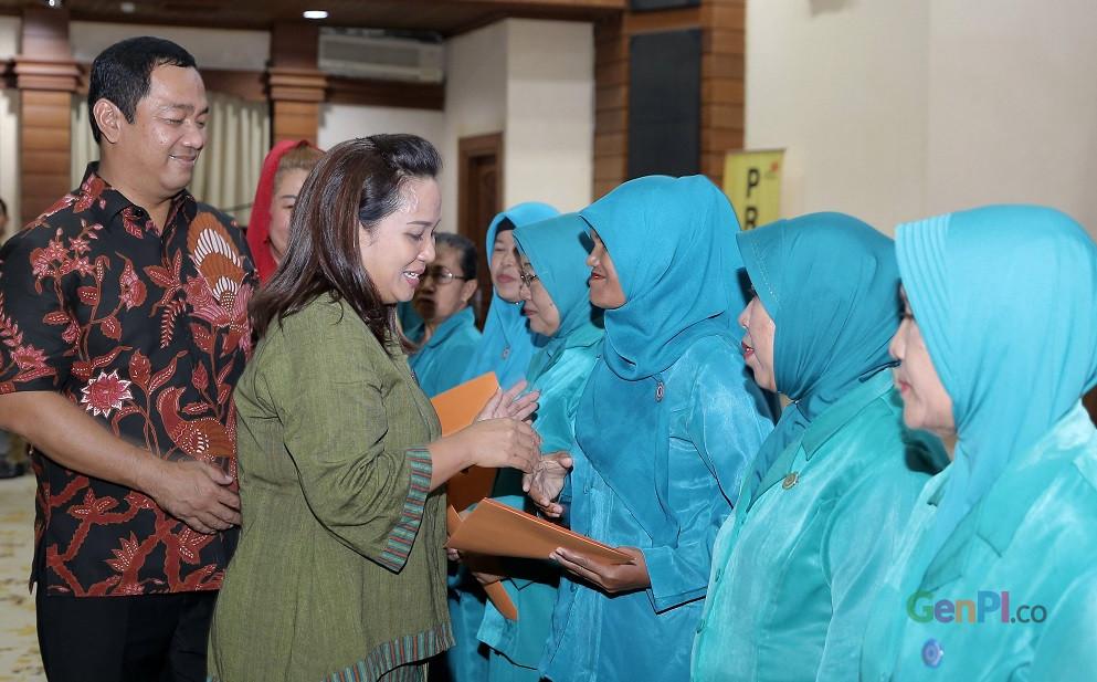 Ketua TP PKK Kota Semarang Krisseptiana didampingi Walikota Hendrar Prihadi menyerahkan penghargaan kepada kader sekaligus memotivasi mereka agar berkontribusi positif pada perkembangan wisata di kota ini.( Foto: gus Wahid)