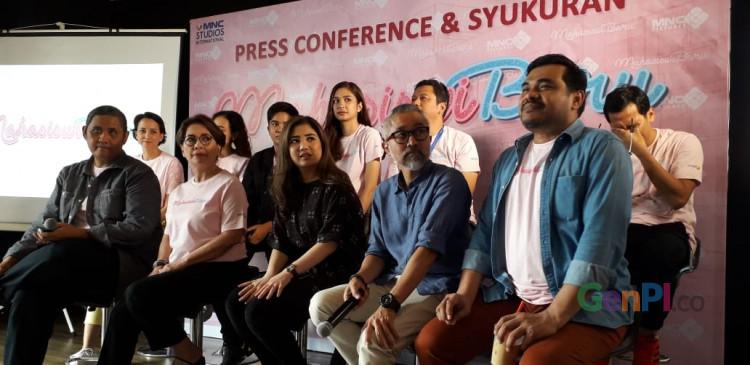 Para kru dan pemeran Mahasiswa Baru saat jumpa media di kawasan Kebon Sirih, Selasa (27/4)