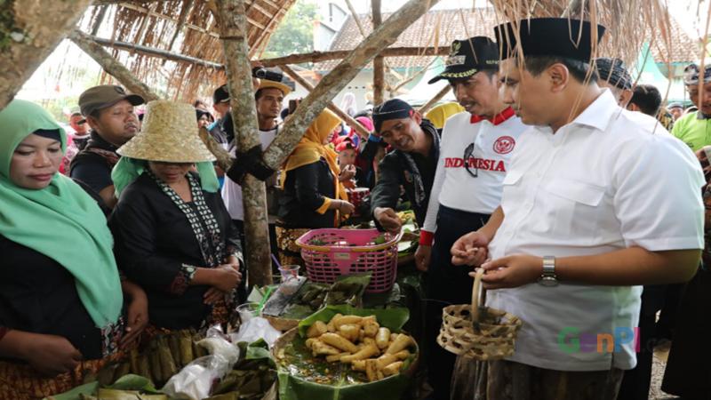 Belanja jajanan tradisional di Kramat Nglojo (foto: Handy)