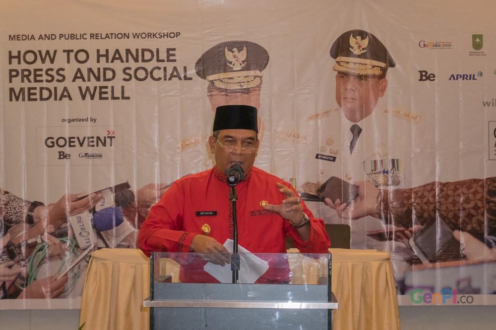 Wakil Gubernur Riau, Brigjen TNI (Purn) Edy Afrizal Natar Nasution ketika menjadi narasumber di acara Workshop Media and Public Relation di Pekanbaru (Foto: Heru / GenPI.co).