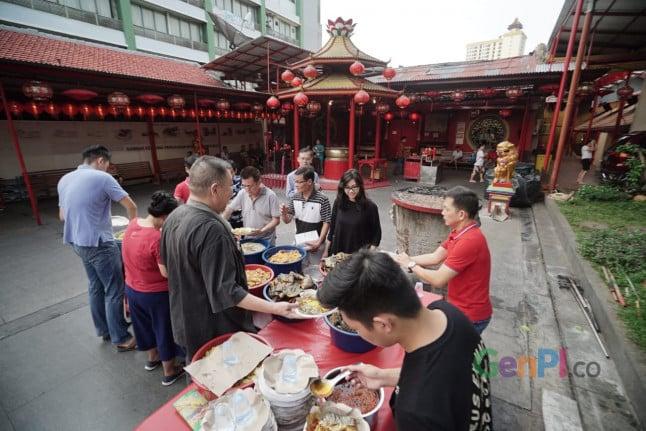 Kegiatan membagikan hidangan berbuka puasa di Vihara Dharma Bakti (Sumber foto: GenPI.co / Rizal)