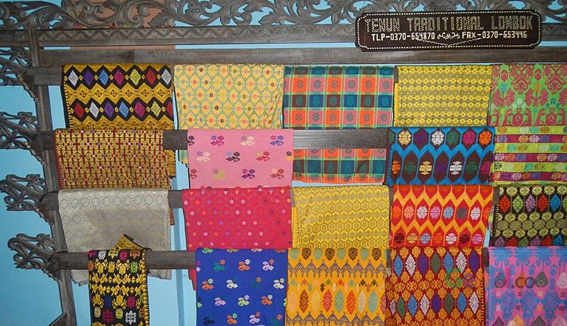 Tenun khas Lombok dengan keragaman motifnya.