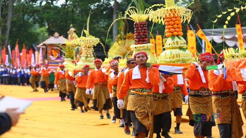 Ribuan umat Buddha melakukan kirab Waisak dengan berjalan kaki dari Candi Mendut menuju Candi Borobudur (foto: Edwin)
