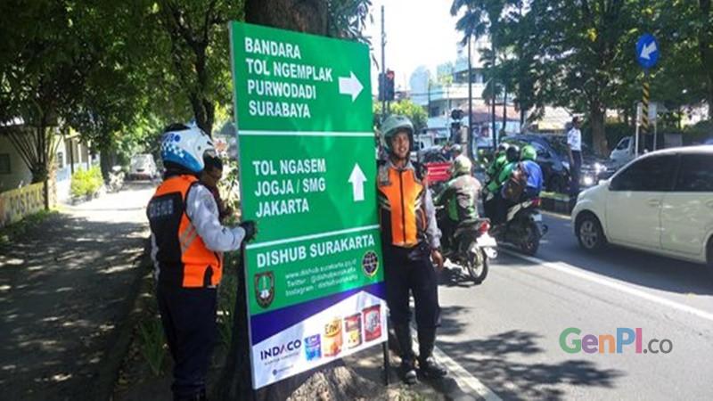 Menjelang arus mudik 2019, Dinas Perhubungan Kota Solo, memasang 128 rambu pendahulu penunjuk jurusan (foto: Arie)