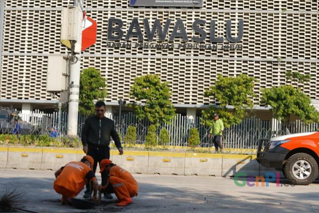 Pasukan Orange membereskan sisa-sisa aksi massa pada 22 Mei di depan gedung Bawaslu, Jakarta. (Foto: Sapta/GenPI.co)