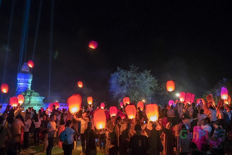Ribuan umat Buddha melepas 2.000 Lampion di Candi Muara Takus, Kabupaten Kampar Riau