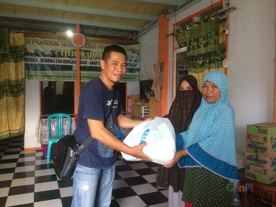 Aksi mulia Gorontalo Tourist Guide membagikan sembako kepada panyi asuhan Titihan Umat