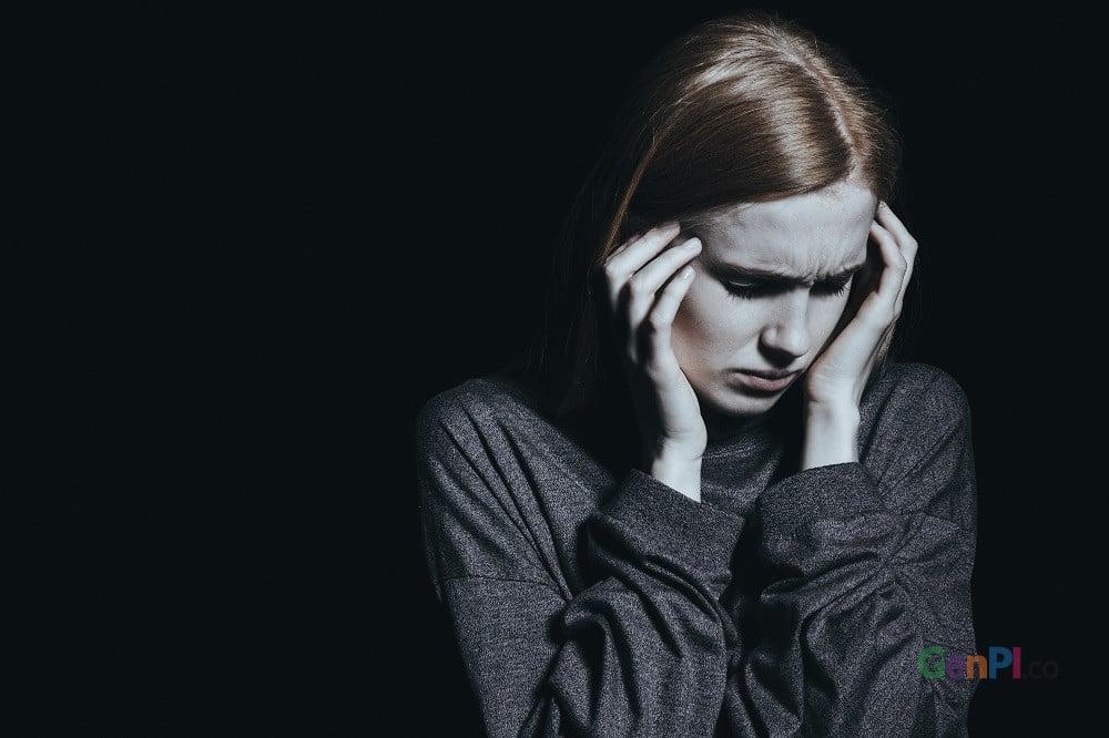 Salah satu gejala terjangkit cacar air adalah demam yang disertai sakit kepala hebat.