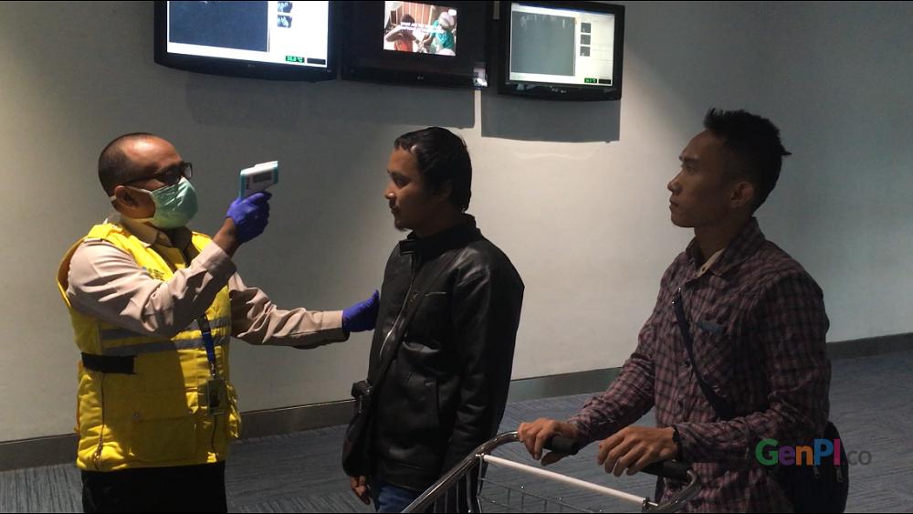 Proses pemeriksaan terhadap masyarakat yang datang melalui Terminal 3 Bandara Soetta.