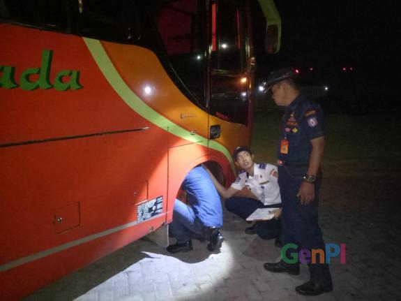 Petugas Dinas Perhubungan saat mengecek kendaraan angkutan lebaran di Gorontalo.