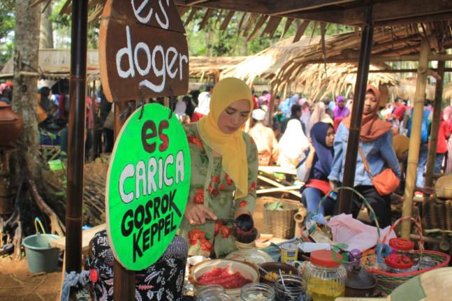 Salah satu lapak kuluner di Pasar Kumandang. (Foto: Dok GenAsri)