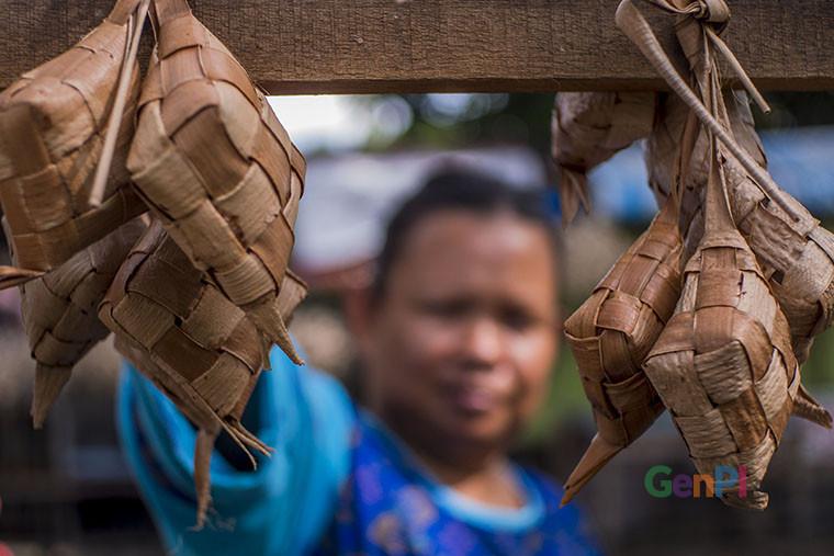 Penampakan ketupat daun kapau yang sudah dimasak (Foto GenPI.co/Heru)