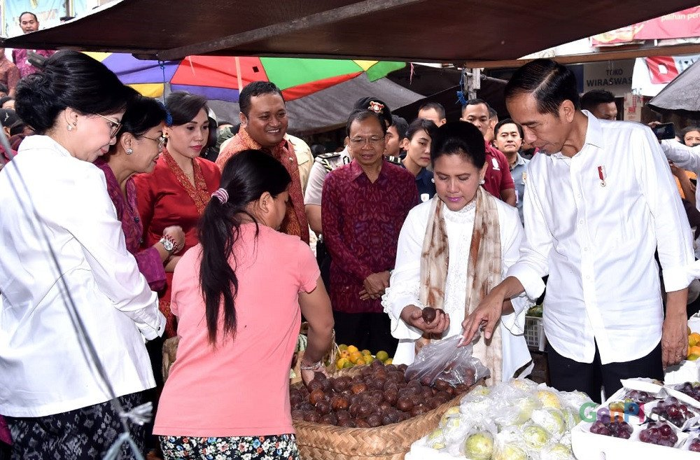 Dalam kunjungan ke Pasar Sukowati, Bali, Presiden Joko Widodo dan Ibu Iriana membeli salak dan beberapa buah lainnya. (Foto: Foto: Rusman - Biro Pers Sekretariat Presiden)