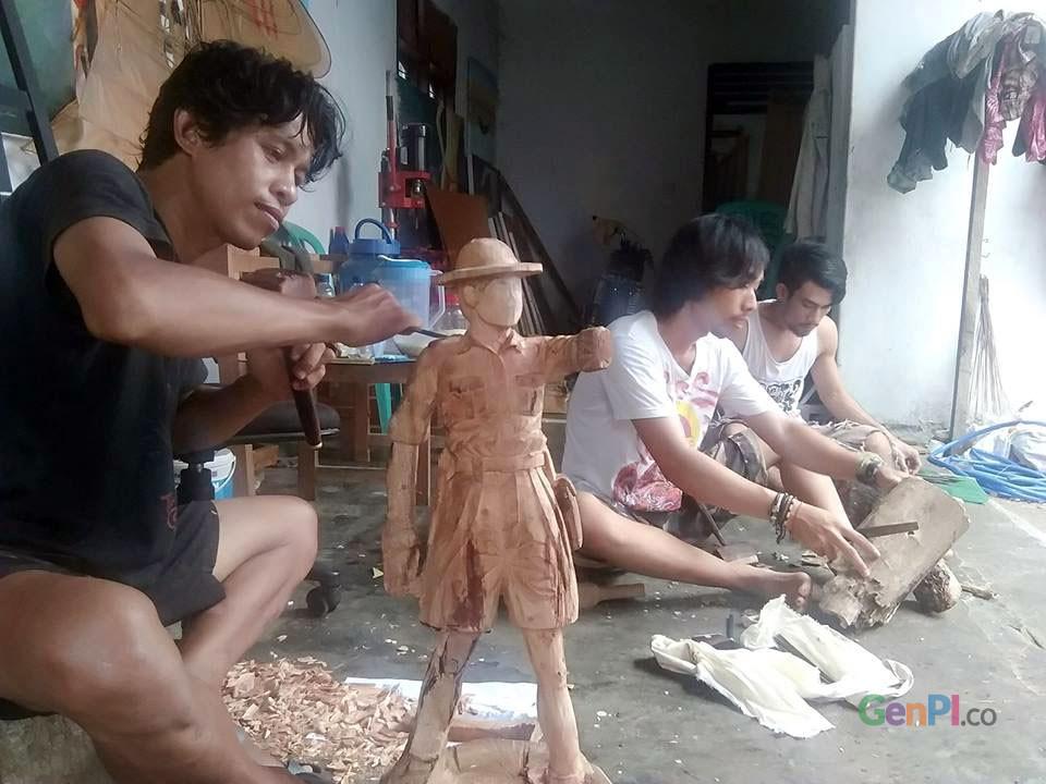 Kaum muda Gorontalo yang bekerja membuat ukiran kayu.