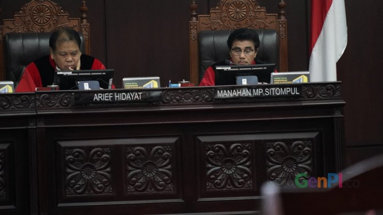 Hakim MK membacakan putusan sidang sengketa pilpres. (Foto: Aan/GenPI.co)