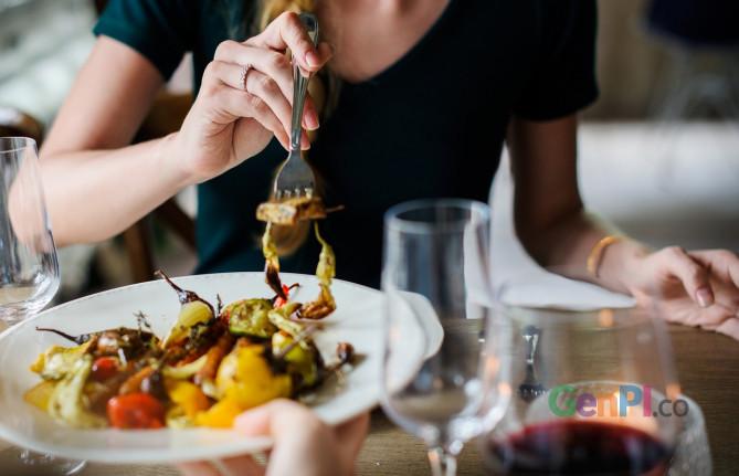 Sebuah riset mengungkap beberpa perempuan kencan hanya untuk mendapatkan makanan saja (Foto: Pixabay)