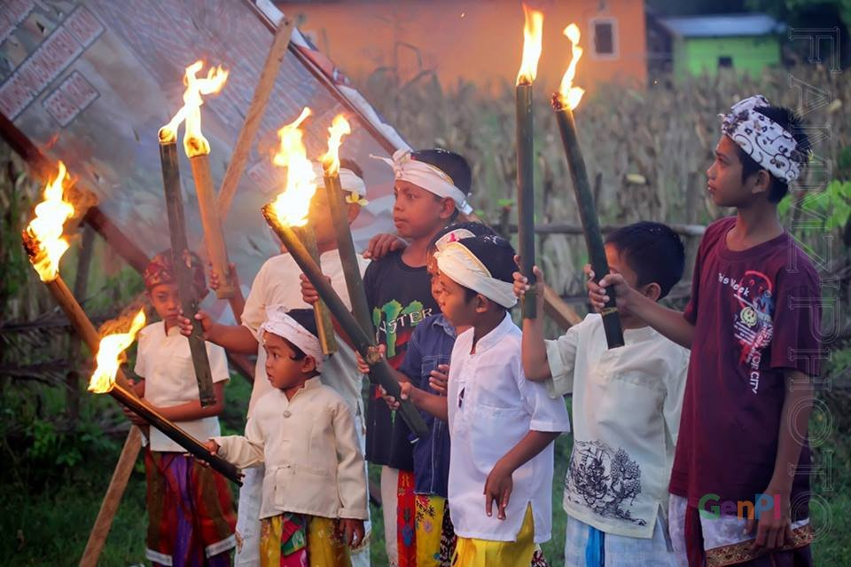 Keceriaan anak-anak Desa Banuroja di Kabupaten Pohuwato saat pawai ogoh-ogoh. (Foto: AKBP Famudin)