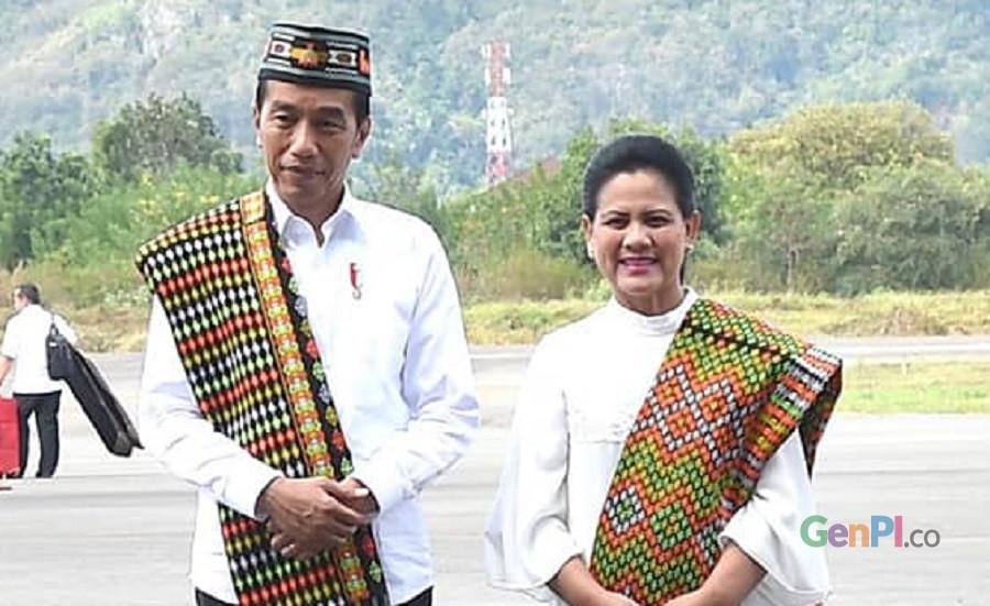 Presiden Joko Widodo dan Ibu Negara Iriana ketika kunjungan ke Labuan bajo, Manggarai Barat, NTT (10-11/7). (Foto: Ervanus Ridwan Tou)